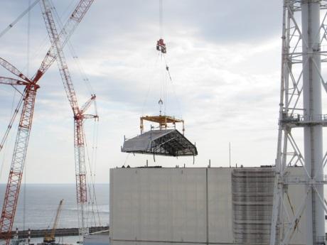 Z krytu prvního bloku jaderné elektrárny Fukušima Dajiči byla odstraněna střecha