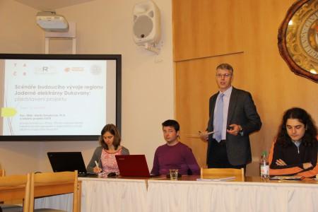 Hlaví řešitel doc. Martin Ouředníček představuje výsledky výzkumu