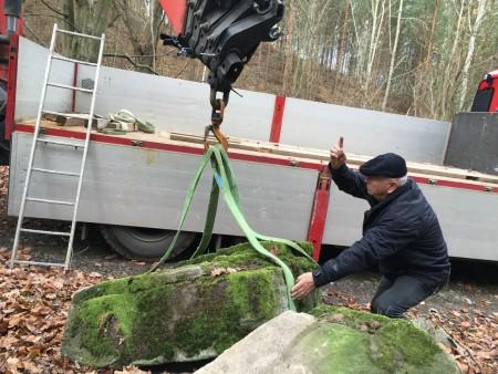 Kameník Zedníček dává pokyn k naložení kamene