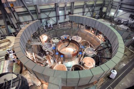 Pohled na víko bazénového reaktoru BN-800. (Zdroj: Rosatom)