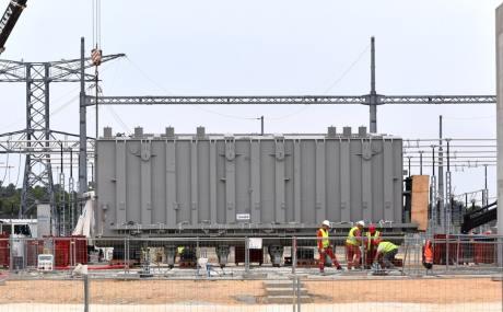 Zatímco pokračují radiační testy, na staveništi tokamaku ITER byl instalován první ze tří čínských transformátorů