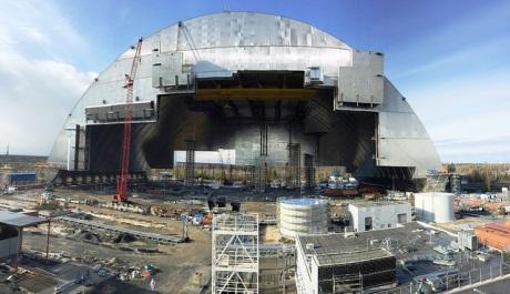 Novodobý strojírenský zázrak: začal přesun nového černobylského krytu nad havarovaný 4. blok