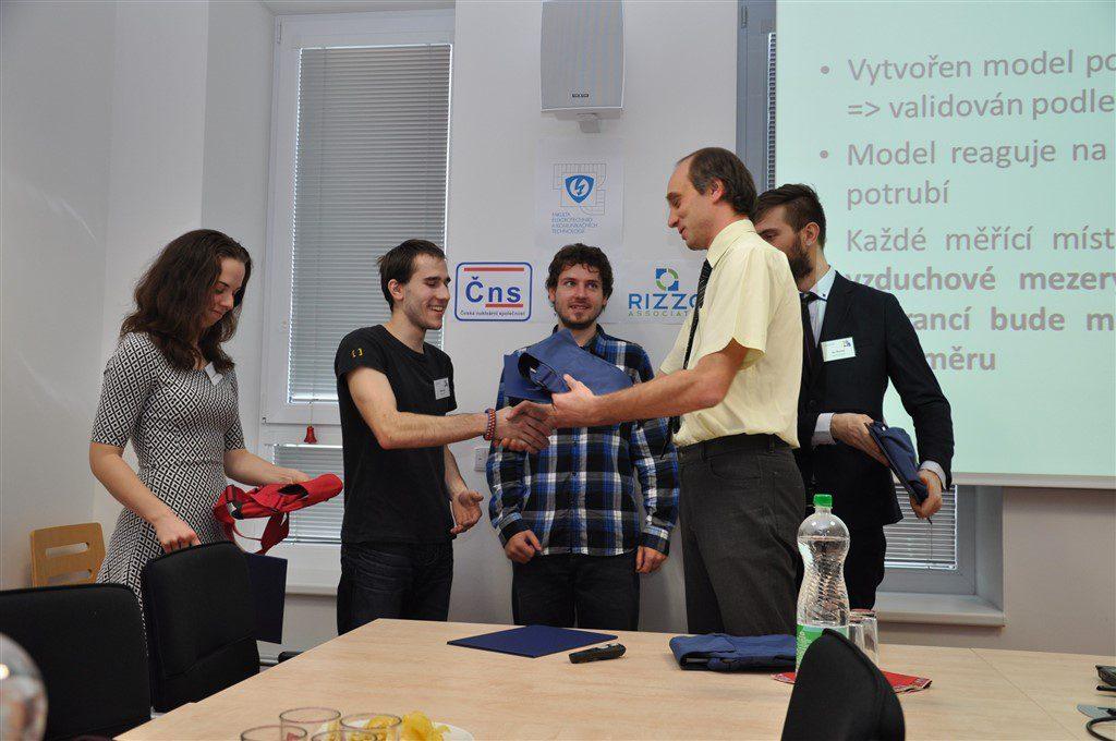Karel Katovský předává studentům ocenění