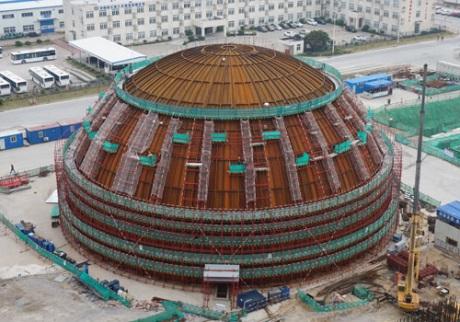 Na prvním bloku typu Hualong One byla dokončena montáž kopule