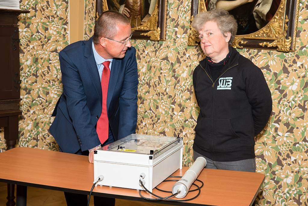 jaderná energie - Česká republika má nový monitorovací systém měření radiace v ovzduší, technologii dodala třebíčská NUVIA - V Česku (zleva Martin Pazúr Dana Drábová 1024) 2