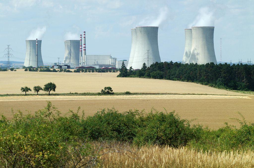 jaderná energie - JE Dukovany vyrábí elektřinu od roku 1985, JE Temelín od roku 2000 - V Česku (04 dukovany 2) 1