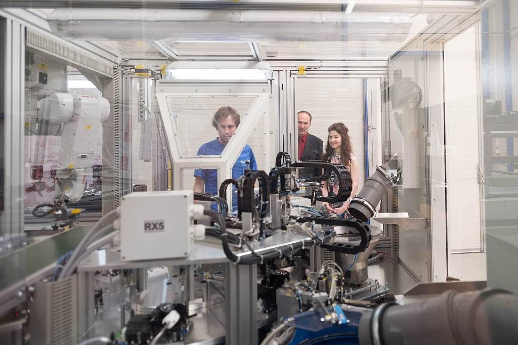 jaderná energie - Britská velvyslankyně poprvé navštívila Třebíč, zajímala se o společnost Nuvia - V Česku (3 Jan Thompson u zařízení navrženého designéry NUVIA 1024) 1