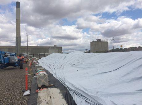 Instalace krytu přes propadlý tunel v jaderné lokalitě Hanford
