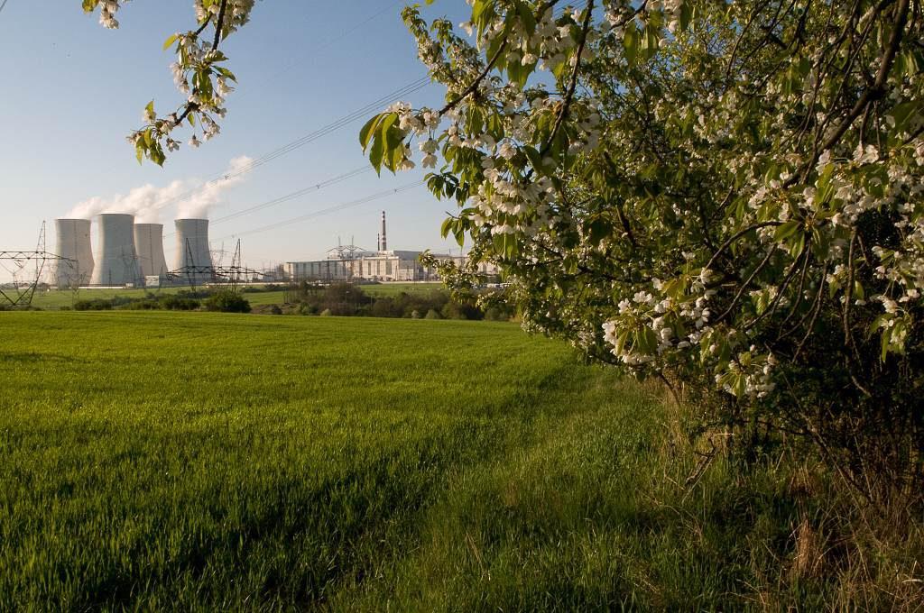 jaderná energie - V JE Dukovany dělníci opravují chladicí věž - V Česku (JE Dukovany Zdroj archiv2 1) 1
