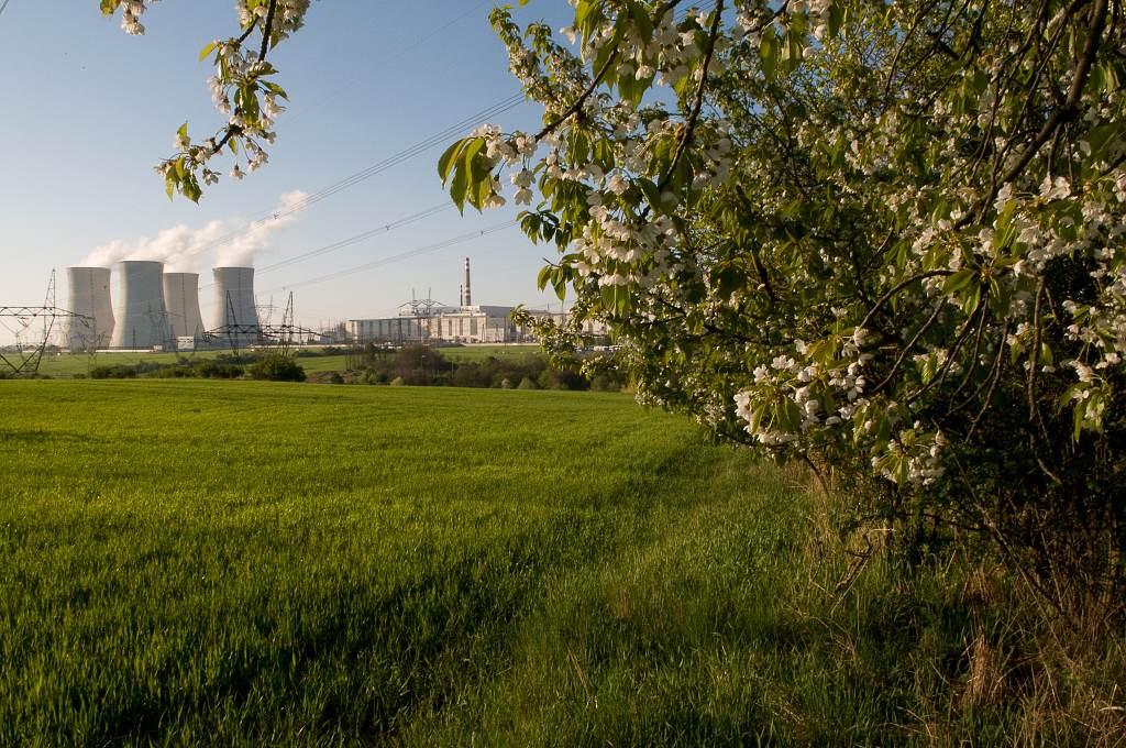 jaderná energie - V JE Dukovany dělníci opravují chladicí věž - V Česku (JE Dukovany Zdroj archiv2 1) 2