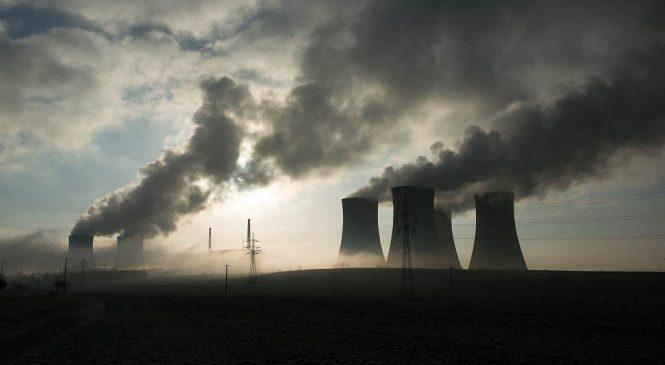 Deník: Na chladících věžích se objevily ekologické symboly