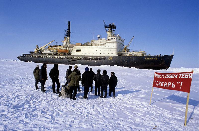 jaderná energie - Sputnik: Na Baltském závodě řekli, kdy spustí na vodu atomový ledoborec Sibiř - Ve světě (800px RIAN archive 505370 Explorers at North Pole 27 Station meet icebreaker Sibir) 1
