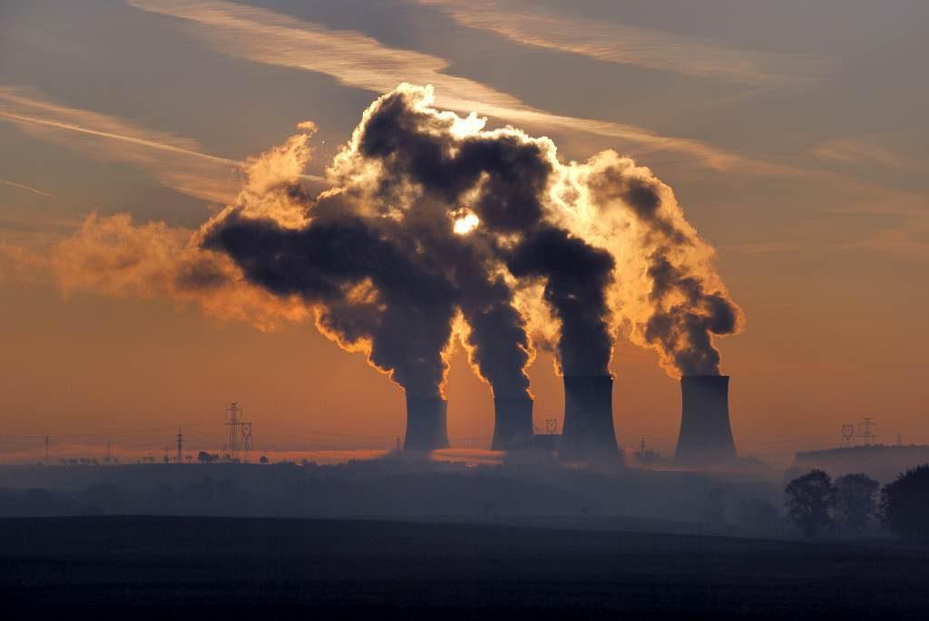jaderná energie - Před 30 lety byl spuštěn čtvrtý výrobní blok JE Dukovany - V Česku (Pára stoupající z chladicích věží JE Dukovany zdroj archiv) 1