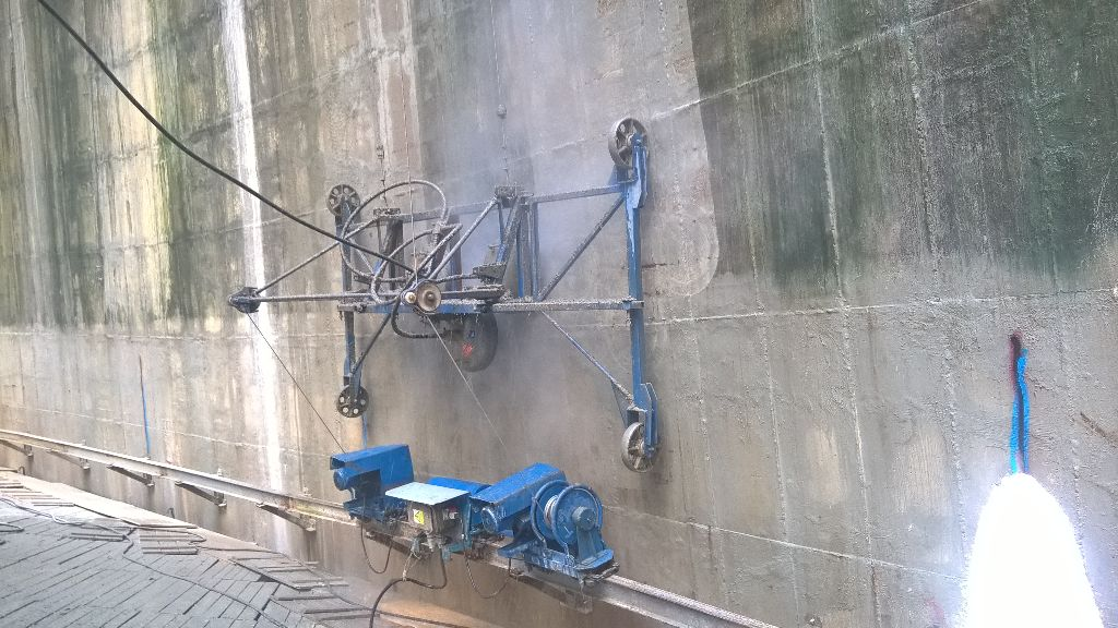 """jaderná energie - Vnitřní plášť chladicí věže dukovanské elektrárny opravuje speciální """"pavouk"""" - V Česku (pavouk poloautomat beta01) 3"""