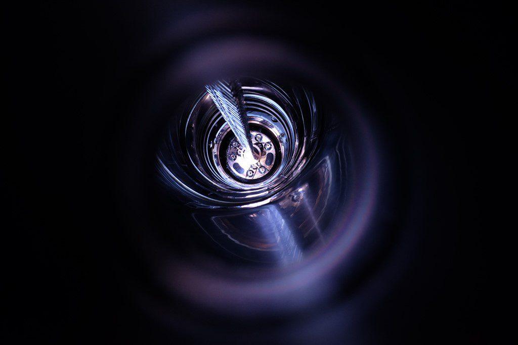 jaderná energie - Rosatom dodal do Německa germanium, díky kterému by vědci mohli vykročit do světa nové fyziky - Zprávy (Spouštění germaniových detektorů do zařízení GERDA 1024 x 683) 2