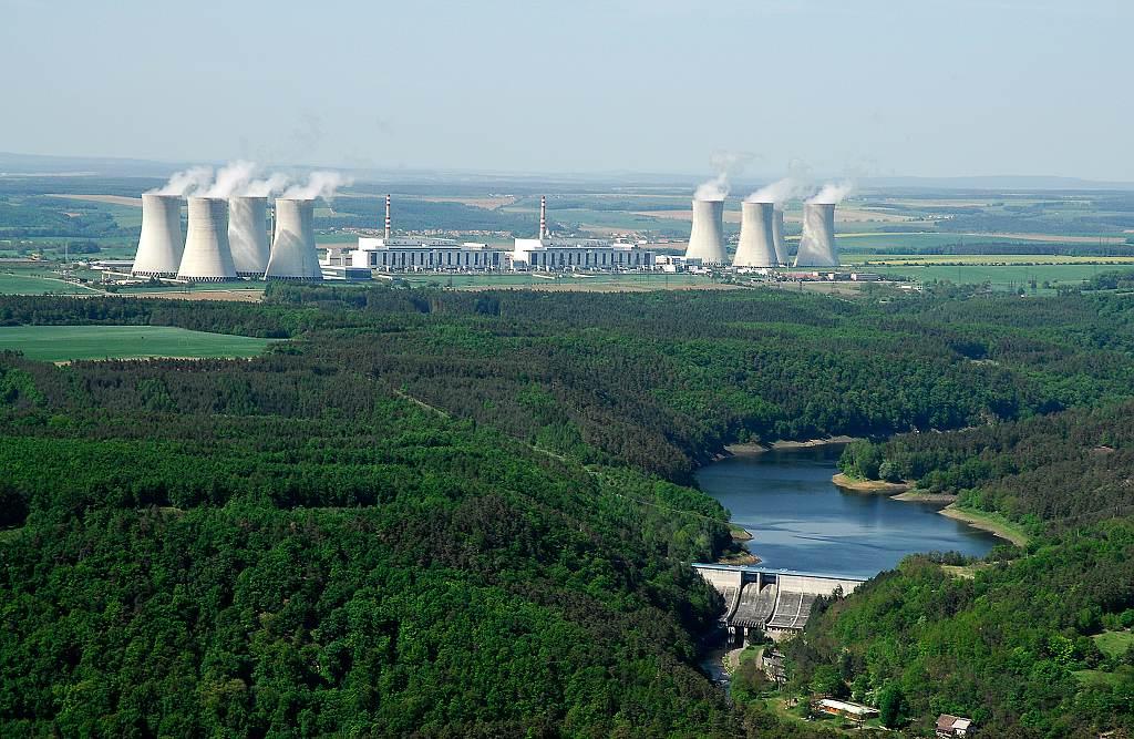 Peak.cz: Co se Česku vyplatí víc? Nové jaderné bloky, nebo obnovitelné zdroje?
