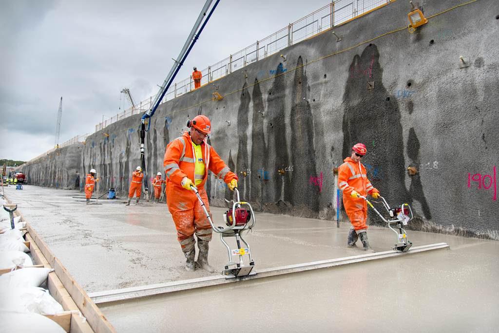 jaderná energie - Euro: Britové v účtech za elektřinu zaplatí i vývoj jaderných zbraní - Nové bloky ve světě (Levelling concrete in the southern galleries 1024) 1