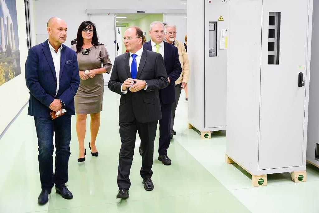 jaderná energie - ZAT zrekonstruoval výrobu rozvaděčů za 12 milionů korun - V Česku (zat z leva starosta města Příbram Jindřich Vařeka 1024) 3