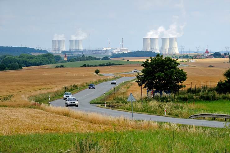 jaderná energie - E15: Na zestátnění půlky ČEZ by stát nemusel tratit, situaci bude muset vyřešit nová vláda - V Česku (DSC 0814 Jaderka mezi poli 740) 1