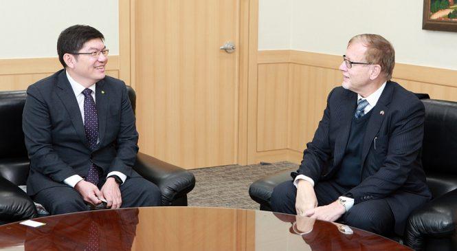 Český velvyslanec na návštěvě v korejském úložišti radioaktivních odpadů