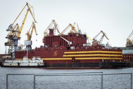 jaderná energie - Ruská plovoucí jaderná elektrárna splňuje stavební normy - Ve světě (Akademik Lomonosov floating NPP 460 Rosenergoatom) 1