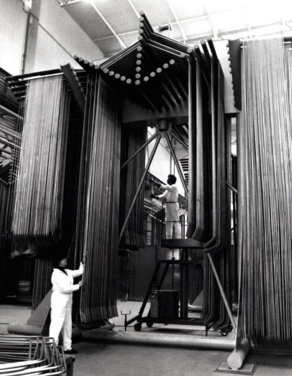 jaderná energie - Roklen24: Jakou plochu zkontroluje sonda v parogenerátoru při odstávce Temelína? - V Česku (montáž trubek pro parogenerátor 1985 740) 1