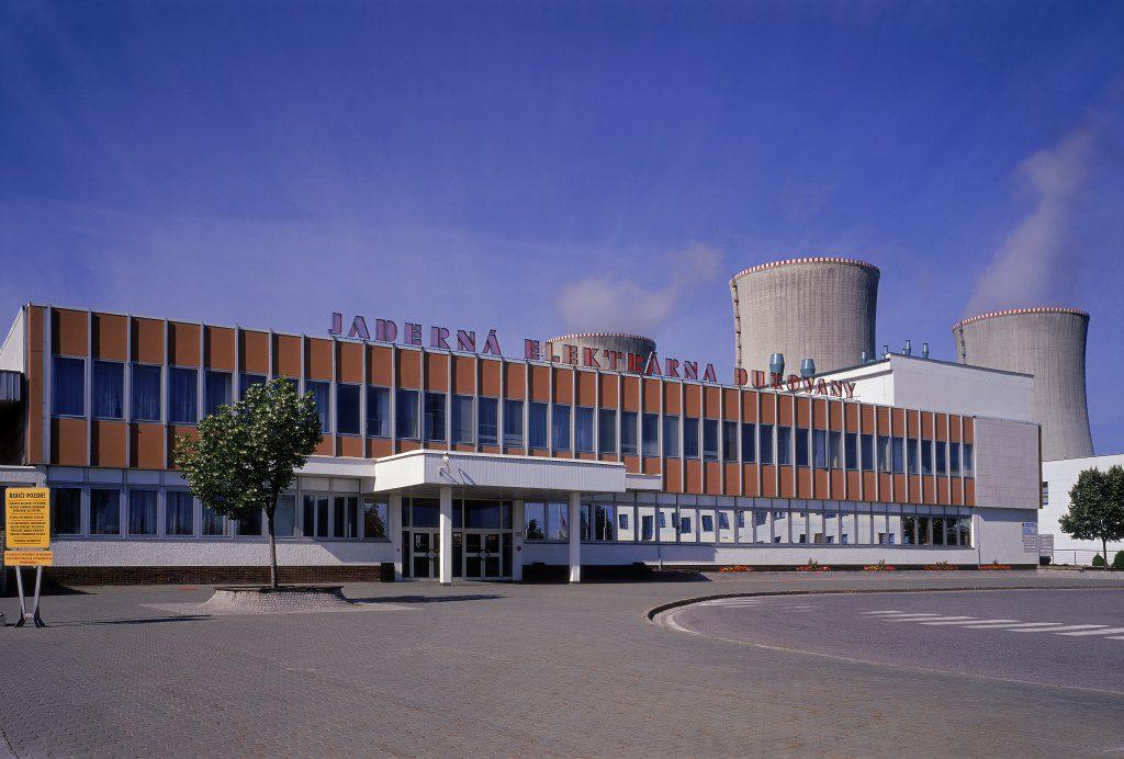 jaderná energie - Deník: Operátoři jsou schopní jako řídící letového provozu. Tomu odpovídá plat - V Česku (01138 Jaderná elektrárna Dukovany exterier 1024) 1