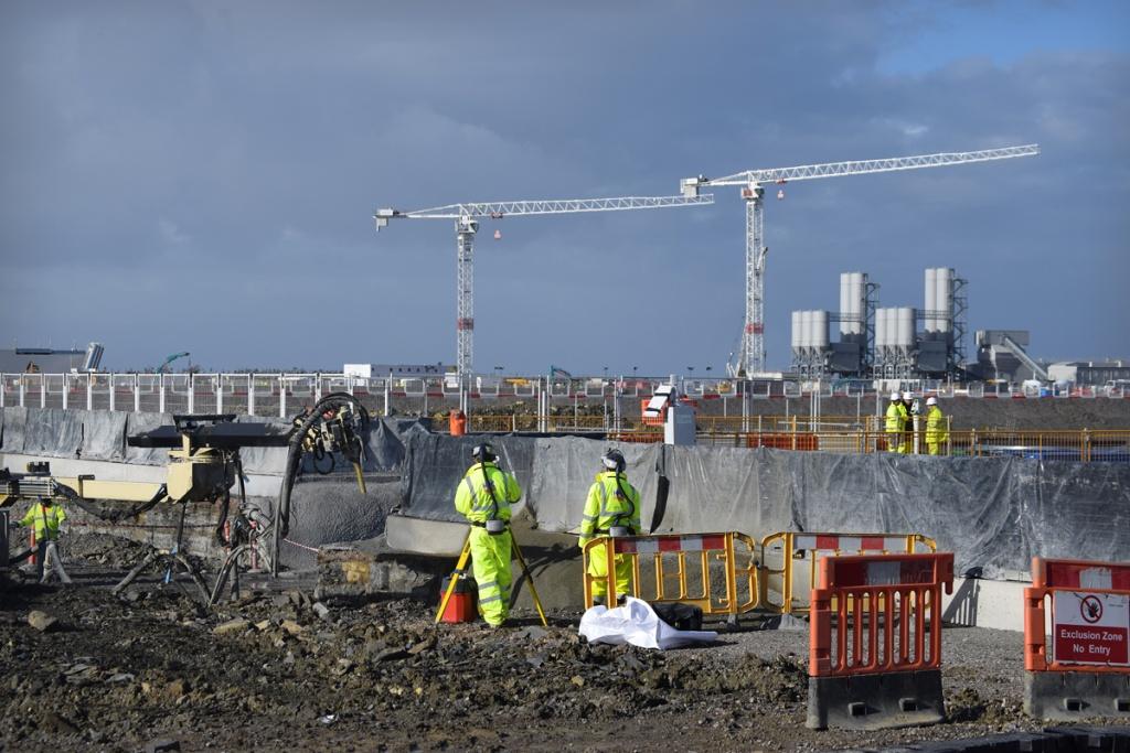 jaderná energie - Británie chce dokázat, že jádro v konkurenci s dalšími zdroji energie obstojí - Nové bloky ve světě (Feb 2017 Engineer surveying excavated face prior to concrete spray at the HGE Gallery high level 1024) 3