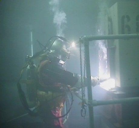 jaderná energie - Potápěči se vydali do bazénu v JE Sizewell A za účelem čištění - Ve světě (Sizewell A scuba diver 460 Magnox) 1