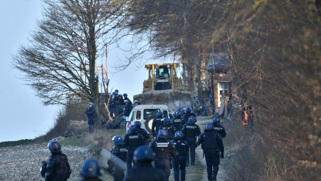 Francie: Policie vyvedla odpůrce skladu jaderného odpadu z areálu