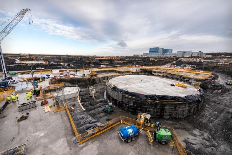 jaderná energie - Jaderné Spojené království po Brexitu - Nové bloky ve světě (Dec 17 Excavations around the base of the nuclear island where the first reactor will sit 740) 2
