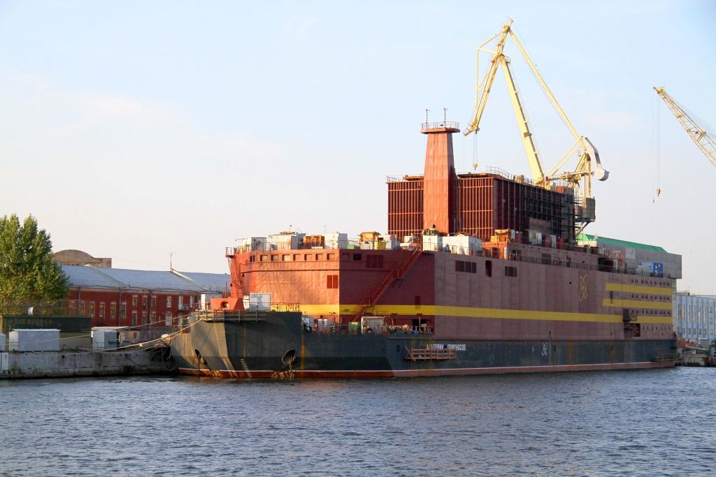 VPetrohradě otestovali mechanickou odolnost nosného plavidla pro plovoucí jadernou elektrárnu