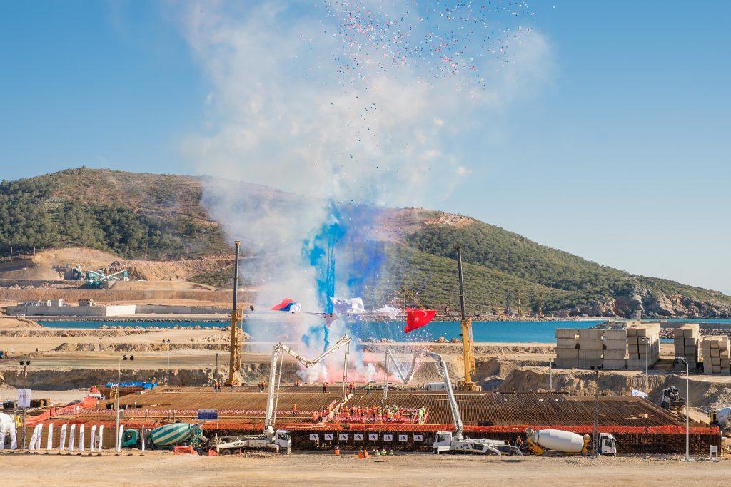 jaderná energie - Výstavba turecké jaderné elektrárny Akkuyu oficiálně začala - Nové bloky ve světě (Slavnostní zahájení betonování základů JE Akkuyu 1024) 1