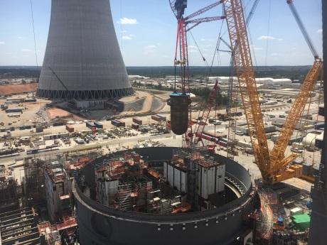 Instalace reaktorových nádob do bloků v USA i v Číně