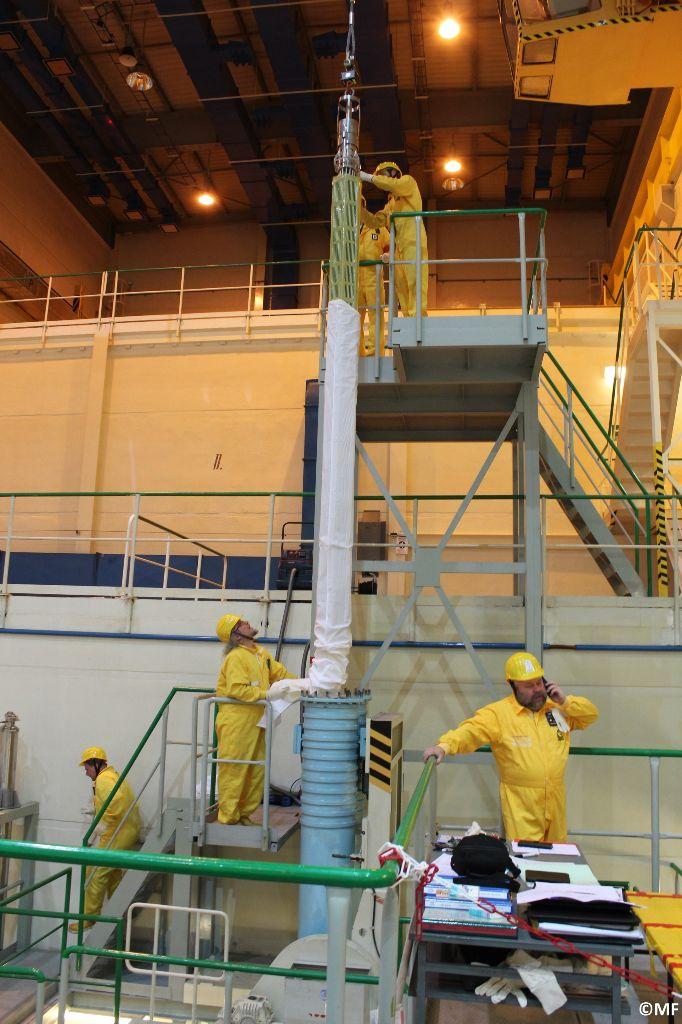 jaderná energie - Temelín doplnil zásoby jaderného paliva, vydrží na dva roky - V Česku (vykladani palivoveho souboru z prepravniho kontejneru) 2