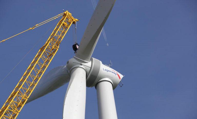 jaderná energie - Výrobu energie z klasických zdrojů lze nahradit, míní půlka lidí - Životní prostředí (Montáž vetrné turbíny z produkce společnosti Lagerwey) 1