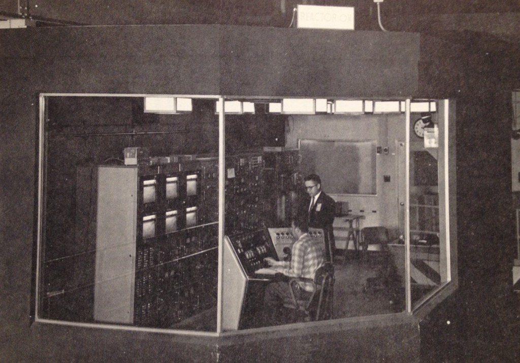 jaderná energie - Bazénové reaktory – větší plány, lepší vybavení - Fotografie (Naval Research Reactor control room) 1