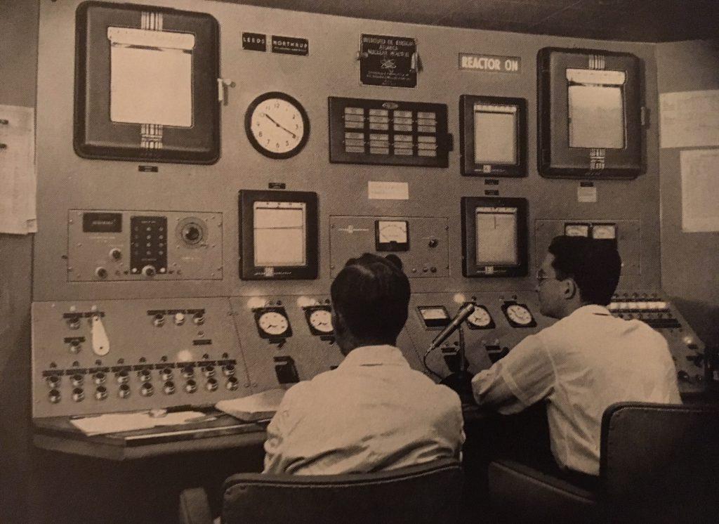 jaderná energie - Bazénové reaktory – větší plány, lepší vybavení - Fotografie (Sao Paulo reactor Leeds and Northrup control equipment) 2