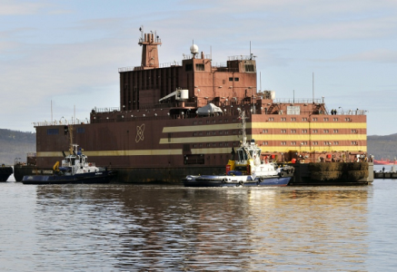 Začalo zavážení paliva do druhého reaktoru ruské plovoucí elektrárny