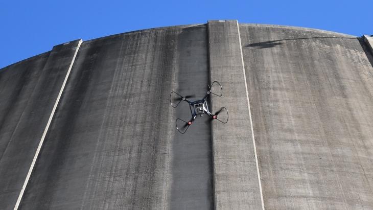 Americké společnosti používají drony k inspekci elektrárny