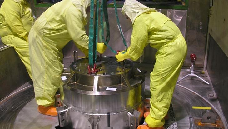 jaderná energie - Zásoby uranu udrží americké výzkumné reaktory v provozu - Zprávy (TRIGA fuel transport cask loading DOE) 2