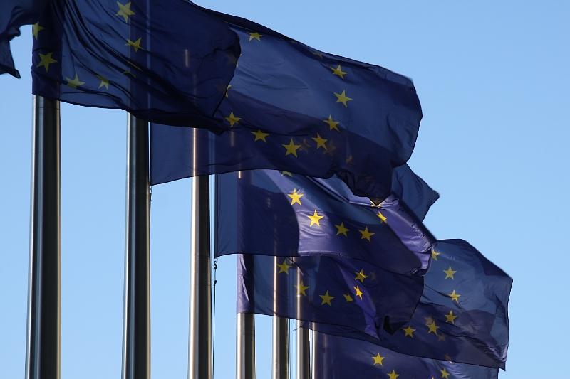 jaderná energie - Studie varuje, že EU nemusí splnit klimatické cíle - Zprávy (vlajky eu pred sidlem evropske komise brusel04) 1