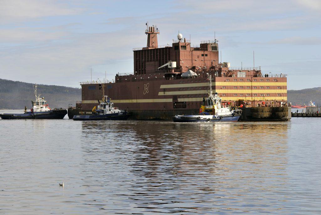 jaderná energie - Rosatom rozšiřuje spolupráci s Argentinou, součástí dohody jsou i plovoucí jaderné elektrárny - Zprávy (Plovoucí jaderná elektrárna Akademik Lomonosov během plavby z Petrohradu do Murmansku) 1