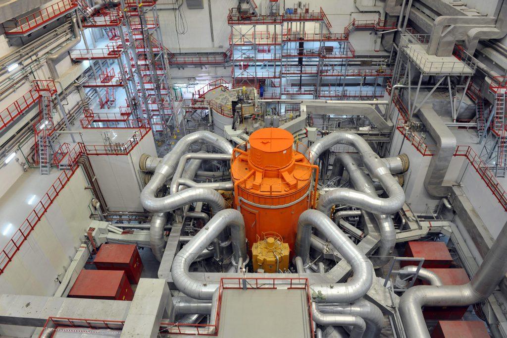 jaderná energie - Rosatom zahájil sériovou výrobu paliva MOX pro sodíkový reaktor BN-800 - Zprávy (Reaktor BN 800 ve čtvrtém bloku Bělojarské JE) 1