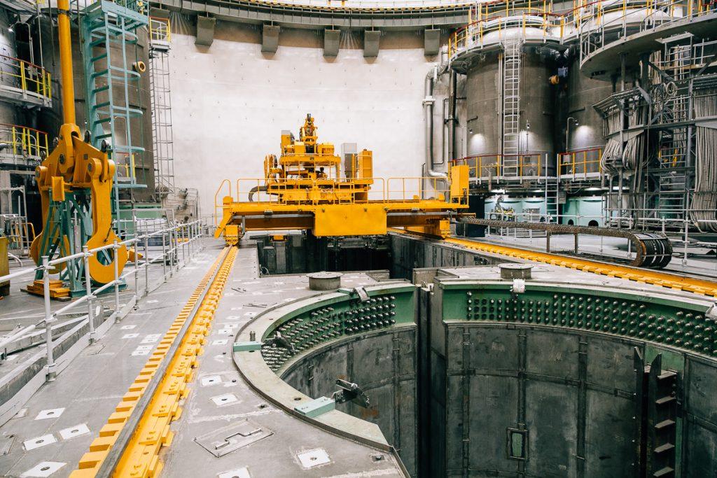 jaderná energie - V Novovoroněžské JE-II začalo spouštění dalšího bloku VVER-1200 generace III+ - Zprávy (Zavážecí stroj u reaktoru druhého bloku Novovoroněžské JE II) 2