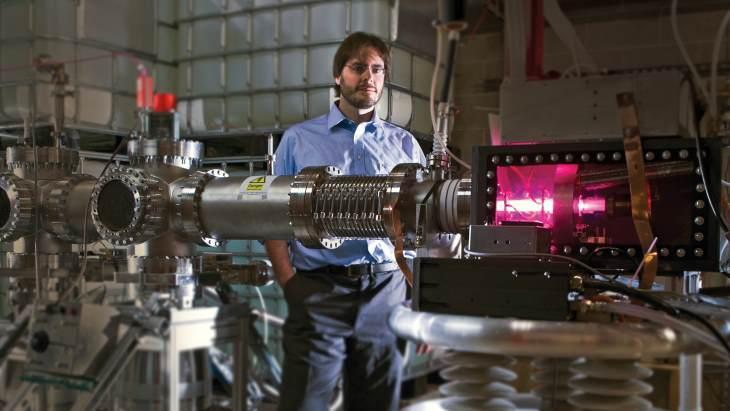 jaderná energie - Čtyři americké společnosti byly vybrány pro financování produkce Mo-99 - Zprávy (Shine CEO Greg Piefer with accelerator Shine) 1