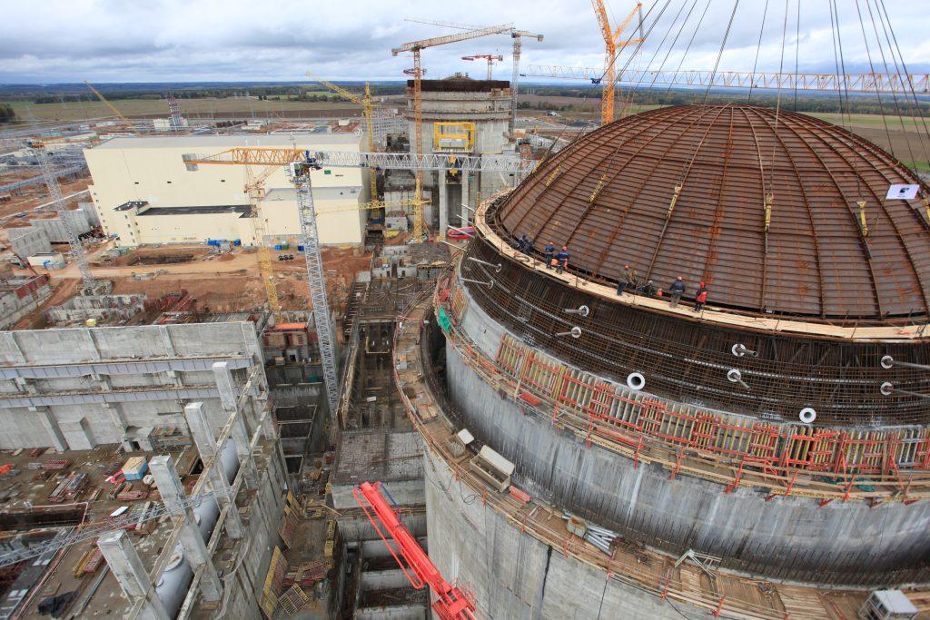 jaderná energie - Betonování kupole kontejnmentu 2. bloku Ostrověcké JE bylo dokončeno - Zprávy (Usazování ocelové výstelky vnitřní kupole Ostrověcké JE která bude zakryta vnější ochrannou obálkou) 1