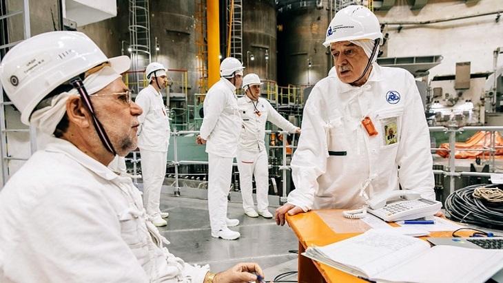 jaderná energie - Zavážení paliva do druhého bloku Novovoroněžské II bylo dokončeno - Zprávy (Workers at Novovoronezh II 2 Rosatom) 1