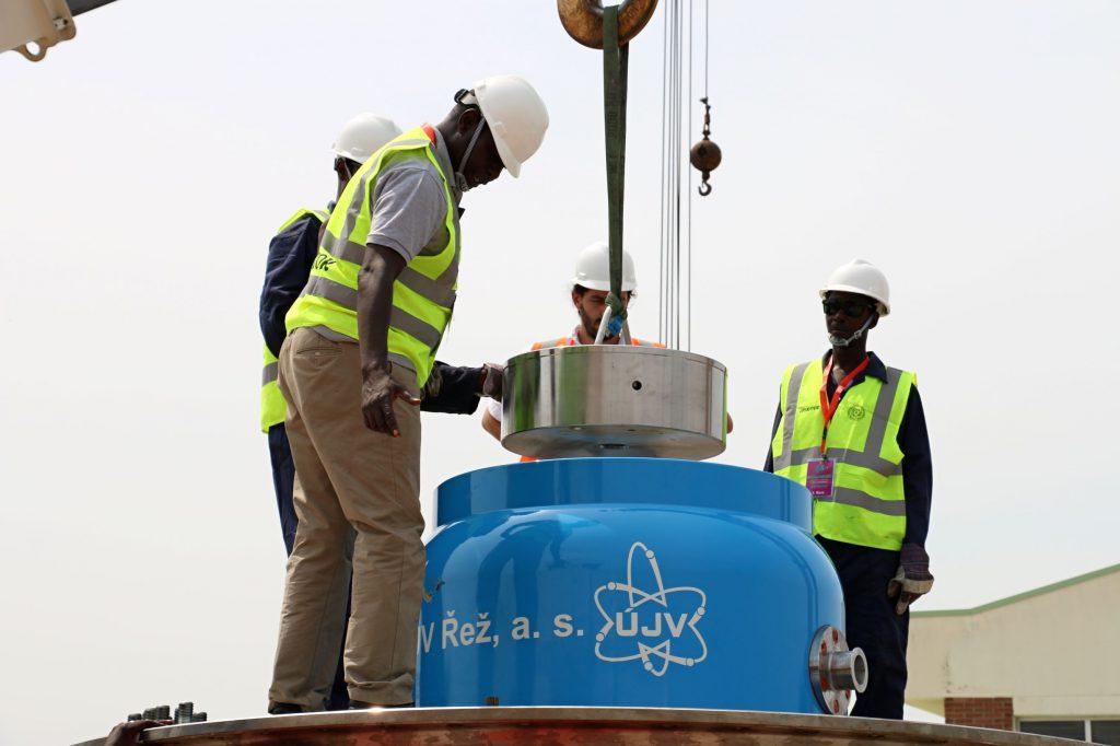 jaderná energie - Z Nigérie do Číny: specialisté z Řeže bezpečně převezli další jaderné palivo - Zprávy (IMG 1952) 1