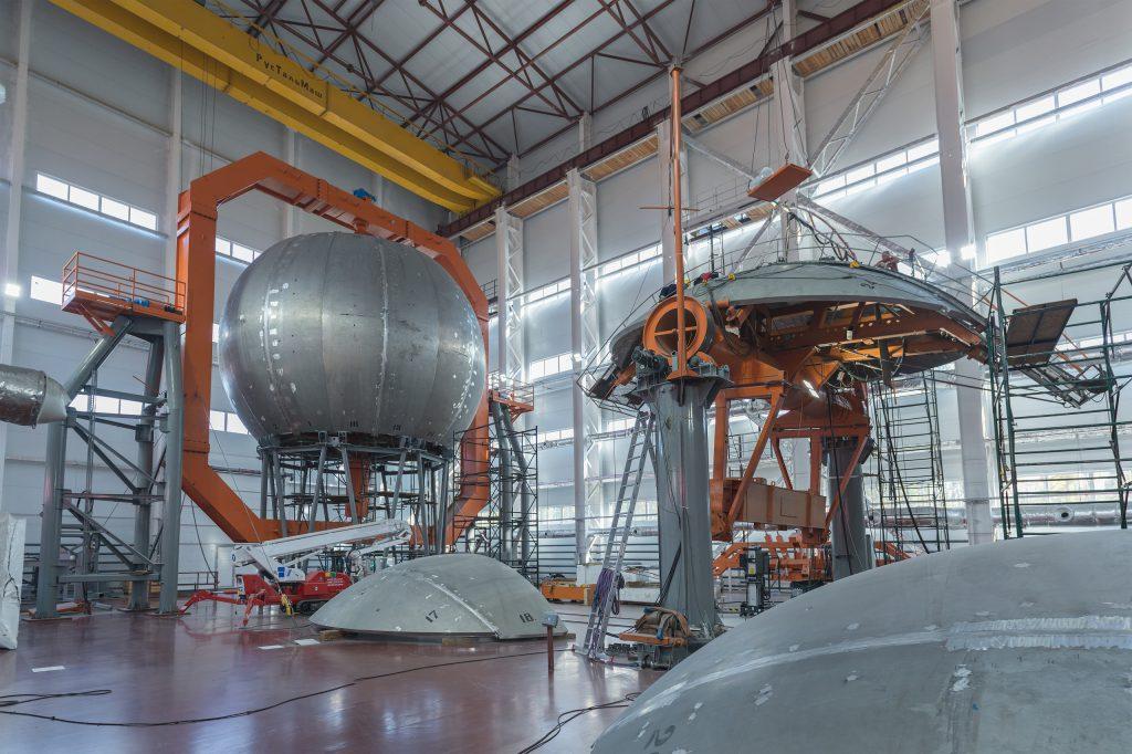 jaderná energie - Rosatom dokončil montáž reakční komory nejvýkonnějšího laseru na světě - Zprávy (Montáž kulové reakční komory Sarovského laserového zařízení) 1